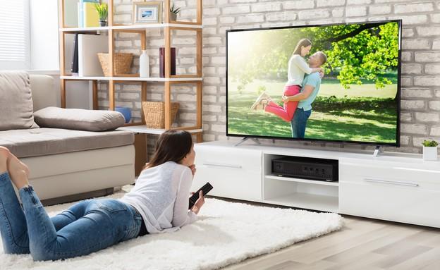 צופים בטלוויזיה (צילום: Andrey Popov, ShutterStock)