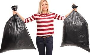 אישה מחזיקה שקיות זבל (צילום: kateafter | Shutterstock.com )