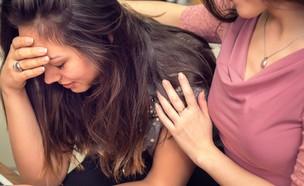 בחורה בוכה יחד עם חברה (צילום: FotoCuisinette, ShutterStock)