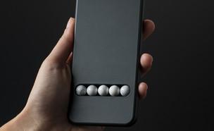 תחליף טלפון עם חלוקי אבל לדימוי גלילה (צילום: Leonhard Hilzensauer)