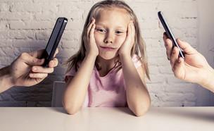 הורים מצלמים ילדה עצובה בסלולרי (צילום: By Dafna A.meron)