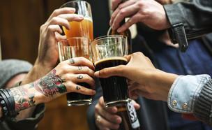 שותים בירה בפאב (צילום: kateafter | Shutterstock.com )