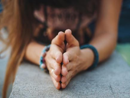 אישה מחזיקה ידיים ביחד (צילום: kateafter | Shutterstock.com )