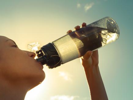 אישה שותה מים