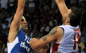 אורי קוקיה במדי נבחרת ישראל מול מונטנגרו (צילום: Risto Bozovic, ap)