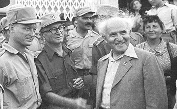 """בן-גוריון ומפקדי הצבא במצעד גבעתי (צילום: צ'סניק פרד, באדיבות באדיבות ארכיון צה""""ל במשרד הביט)"""