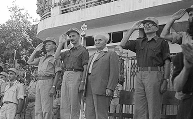 """בן-גוריון עם דורי, אלון וידין (צילום: צ'סניק פרד, באדיבות באדיבות ארכיון צה""""ל במשרד הביט)"""