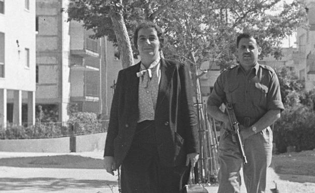 """ניהלה את הישיבה. מאיר ושומר חמוש ב-1948 (צילום: צ'סניק פרד, באדיבות ארכיון צה""""ל במשרד הביטחון)"""