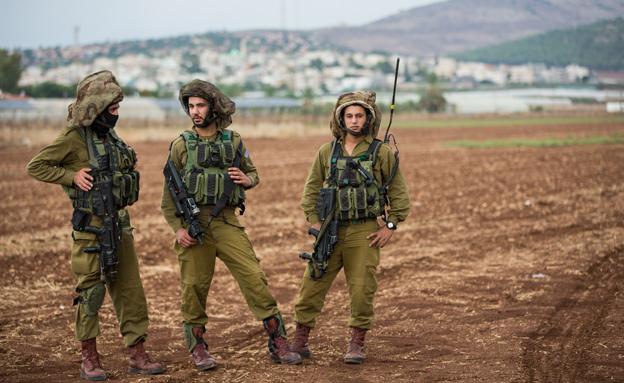 """חיילים, בדואים, שטחים (צילום: דו""""צ)"""
