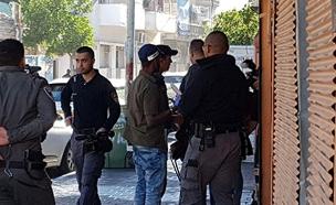 שוטרים מגיעים לעצור את החשוד (צילום: החדשות)