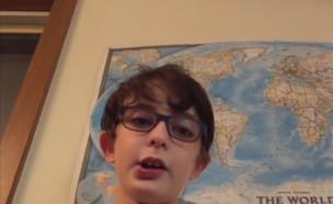 """מרגש: בן 9 מסביר לחבריו שהוא אוטיסט (צילום: מתוך """"חדשות הבוקר"""" , קשת 12)"""