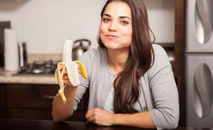 אישה אוכלת בננה (צילום: shutterstock)