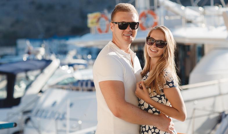 זוג עומד על יאכטה (אילוסטרציה: kateafter | Shutterstock.com )