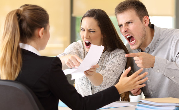 זוג צועק על פקידה (אילוסטרציה: kateafter | Shutterstock.com )