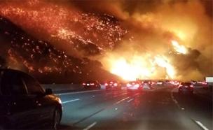 """צפו: נוהגים בכביש העמוס בארה""""ב מטרים מהלהבות (צילום: CNN)"""