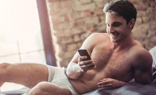 גבר מחזיק טלפון (צילום: 4 PM production, ShutterStock)