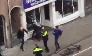 """בעל המסעדה: """"מוכן שינפצו עוד 10 חלונות"""" (צילום: AT5, מתוך הטלוויזיה בהולנד)"""