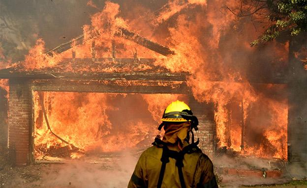 1100 לוחמי אש משתתפים במאמצי הכיבוי (צילום: Sky News)