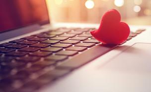 לב על מחשב (צילום: kateafter | Shutterstock.com )