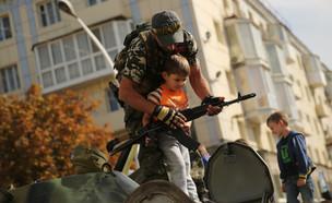 ילד וחייל רוסי (צילום: Spencer Platt , gettyimages)