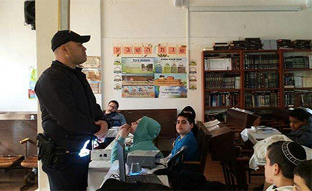 שוטרים בכיתות (צילום: משטרת ישראל)