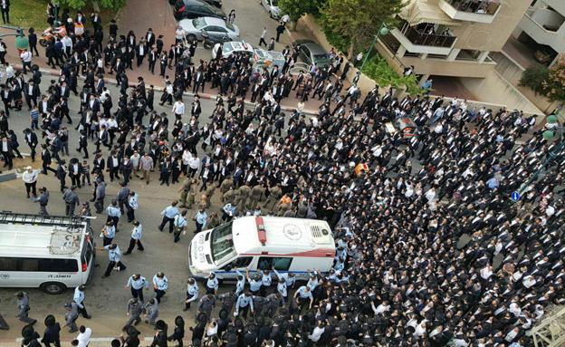 עשרות אלפים בהלוויה (צילום: דוברות המשטרה)