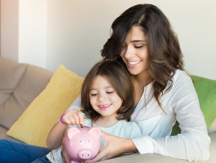 אמא ובת שמות כסף בקופת חיסכון