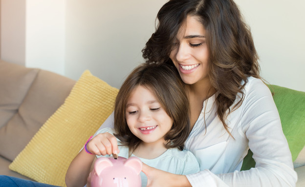 אמא ובת שמות כסף בקופת חיסכון (אילוסטרציה: kateafter | Shutterstock.com )