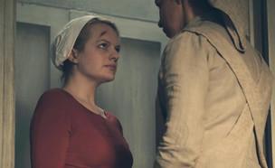 """אליזבת מוס מתוך """"סיפורה של שפחה"""" (צילום: Hulu)"""