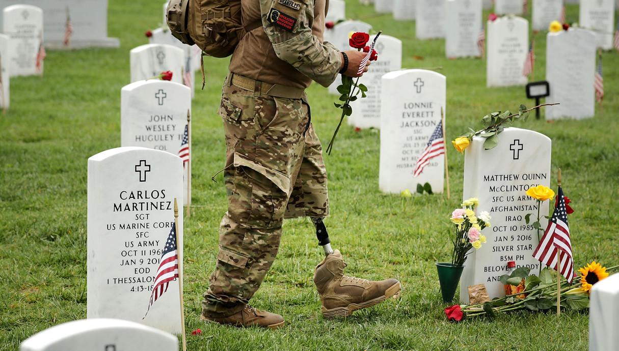 חייל אמריקאי שאיבד את רגלו בבית העלמין הצבאי בארלי