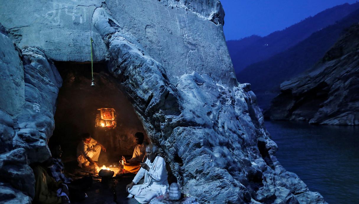 נזירים במערה