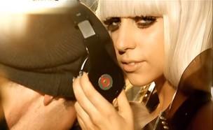 ליידי גאגא, אוזניות (צילום: יוטיוב )
