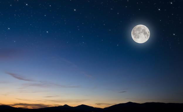 הירח מצולם בלילה (צילום:  Klagyivik Viktor, ShutterStock)