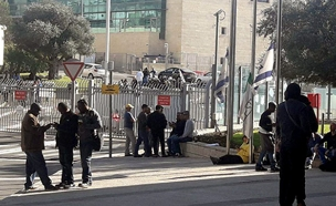 התבצרות העובדים במפעל חברת טבע (צילום: חדשות 2)