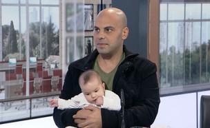 """""""כרטיס ברכיים"""": הפקות חנוכה גובות כסף על תינוקות (צילום: מתוך """"חדשות הבוקר"""" , קשת 12)"""