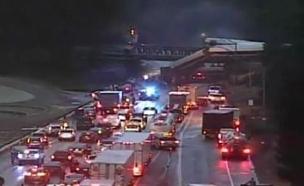 קרון הרכבת שהידרדר לכביש (צילום: CNN wsdot tacoma traffic)