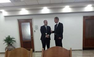 """מנכ""""ל טבע שולץ לפני הפגישה, היום"""