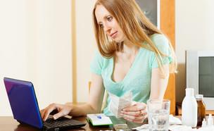אישה קונה תרופות באינטרנט (אילוסטרציה: By Dafna A.meron, shutterstock)