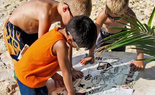ילדים משחקים עם מפת אוצר - חפש את המטמון (צילום: kateafter | Shutterstock.com )