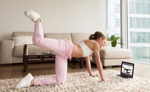 אימון יוגה עם הטלפון (צילום: By Dafna A.meron, shutterstock)