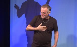 """דב נבון במופע יחיד (צילום: מתוך """"ערב טוב עם גיא פינס"""")"""