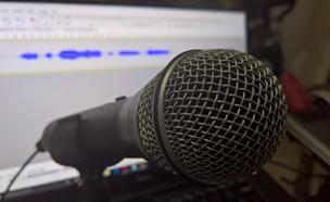 מיקרופון ותוכנת הקלטה פתוחה ברקע על מסך מחשב (צילום: יאיר מור, NEXTER)