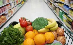 עגלת ירקות ופירות בסופר (צילום: HannamariaH, Istock)