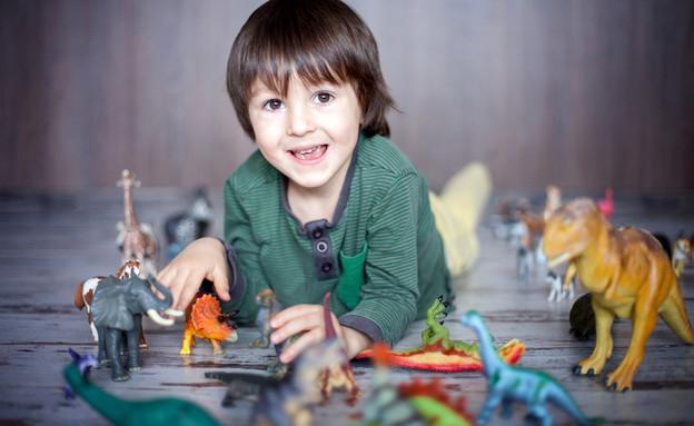 ילד משחק עם דינוזאורים (אילוסטרציה: By Dafna A.meron, shutterstock)