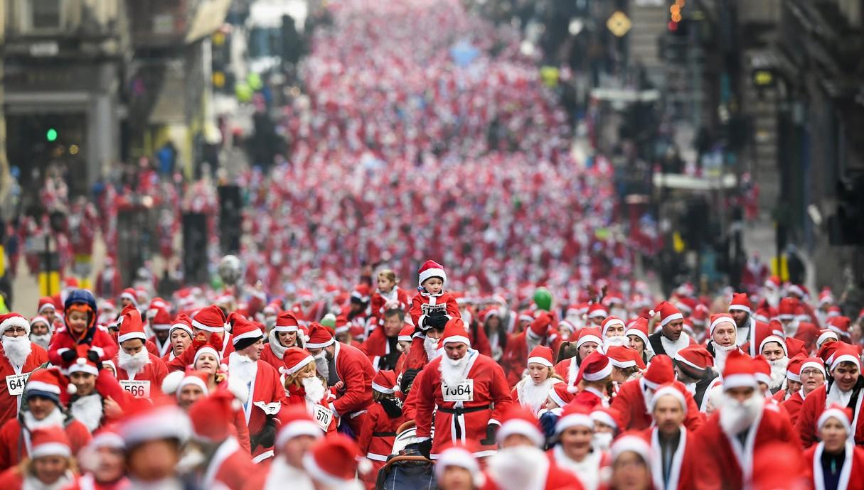 רצים מחופשים לסנטה קלאוס במרוץ סנטה דאש בסקוטלנד