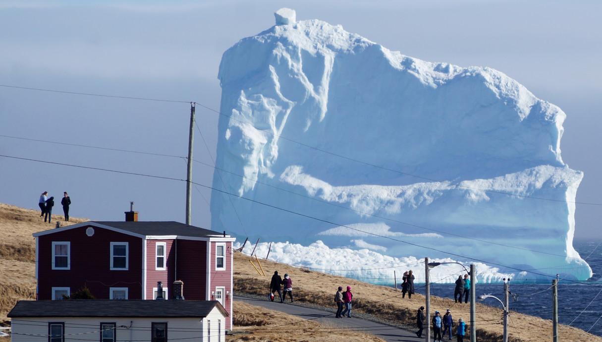 הקרחון הראשון לעונה חולף ליד