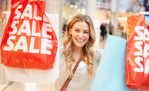 אישה עם שקית של סייל (אילוסטרציה: kateafter | Shutterstock.com )
