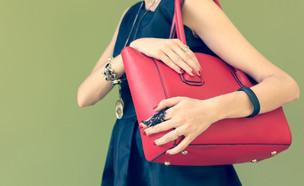 אישה סוחבת תיק כתף (צילום: By Dafna A.meron, shutterstock)