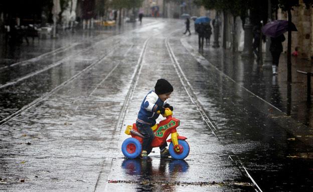 שבוע גשום בפתח (צילום: פלאש 90, מרים אלשטר)