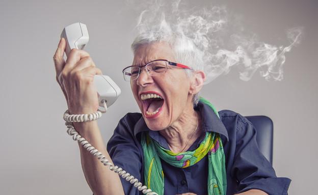 אישה מבוגרת צועקת בטלפון (צילום: TeodorLazarev, shutterstock)